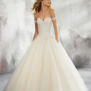 Dresses & Skirts - Beautiful sweetheart line cap sleeve gown
